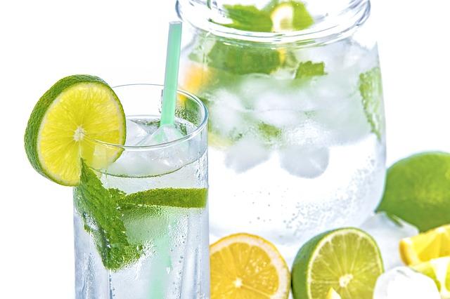 beneficios del agual con limon